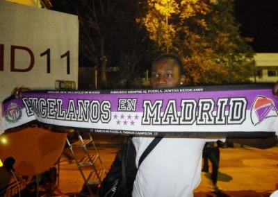 2012 - Manucho con la bufanda de la Peña tras el partido de Alcorcón