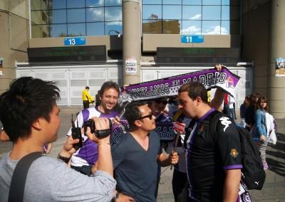 2013 - Entrevista para la TV tailandesa en los aledaños del Bernabéu